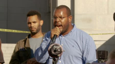 rali : Trayvon Martin Speech 4 of 5. Activist speaks out about the racist system in front of City Hall in downtown Los Angeles, California on July 16th, 2013. Stock Footage