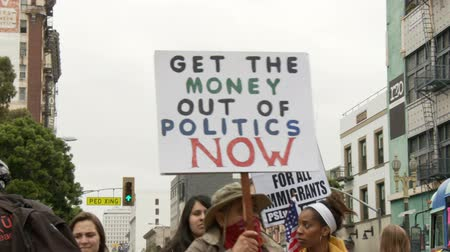 "manifestantes : Signo de dinero  política. El cartel dice: ""GET THE MONEY OF POLITICS NOW"" en un mitin de Occupy en el centro de Los Angeles, California, el 1 de mayo de 2012."
