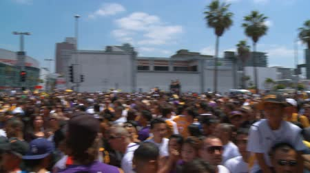 династия : LA Lakers Championship Parade Crowd. Pan across a massive crowd in front of Staples Center in downtown LA, waiting for the Lakers Championship parade. June 21st, 2010, Los Angeles, California.