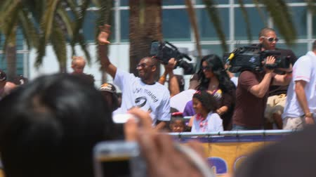 rywalizacja : Kobe Bryant Waves to Fans. 2009-2010 NBA MPV Kobe Bryant�waves to cheering fans as the parade bus drives by the crowd. June 21st, 2010, Los Angeles, California. Wideo