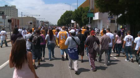 парад : Laker Fans On Way to Parade. Excited fans rush to see the Parade near Staples Center in downtown LA for the 2010 Laker NBA Champions. June 21st, 2010, Los Angeles, California.