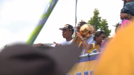 lenda : Kobe Bryant Parade. The golden trophy is passed around as Kobe rides a float near Staples Center in downtown LA, during the 2010 Lakers Championship parade. June 21st, 2010, Los Angeles, California.