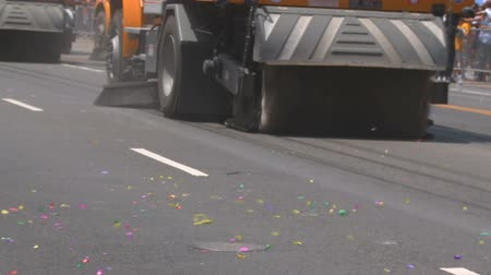 zametání : Street Sweepers Clean Confetti. Street sweepers drive down Figueroa and clean up the street following the 2010 LA   Lakers Championship parade on June 21st, 2010, Los Angeles, California.