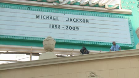 fama : Hollywood Remembers Michael Jackson. Cameras positioned above the Roosevelt Hotel as Hollywood pays tribute to Michael Jackson the day after his death in Los Angeles, California on June 26th, 2009. Stock Footage