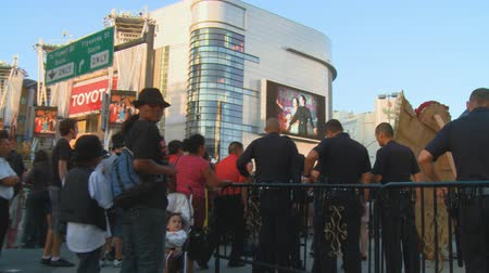 luto : Jackson Memorial Crowd. Walking through group of mourners outside Michael Jacksons memorial service at LA LiveStaples Center in downtown Los Angeles, California on July 7th, 2009. Stock Footage