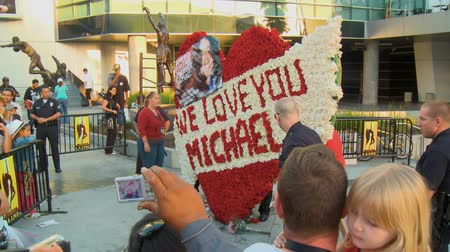luto : Cops Stand By Jackson Wreath. Flower arrangement reads WE LOVE YOU MICHAEL outside Michael Jacksons memorial service at LA LiveStaples Center in downtown Los Angeles, California on July 7th, 2009.