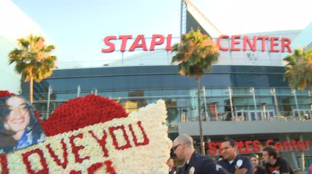 "bestattung : Staples Center MJ Tribute. Blumenarrangement liest ""WIR LIEBEN SIE MICHAEL"" außerhalb Michael Jacksons Gedenkgottesdienst in LA Live  Staples Center in der Innenstadt von Los Angeles, Kalifornien, am 7. Juli 2009. Videos"