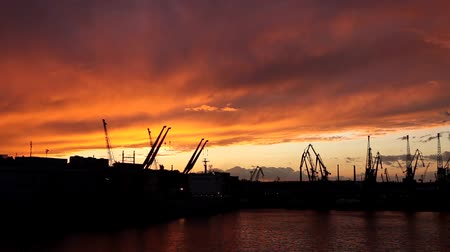 運輸 : Silhouette of several cranes in a harbor, shot during sunset. Odessa, Ukraine
