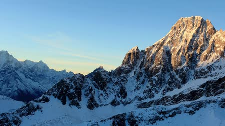 picos : Timelapse sunrise in the mountains Pharilapche peak, Himalayas, Nepal. FULL HD Vídeos