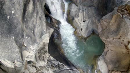 olvad : 2.7K. Mountain river. Melting glacier Ngozumpa, Himalayas, Nepal. Full HD. 2704x1524