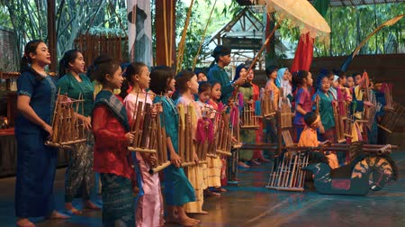 зрителей : Concert show in Saung Angklung Mang Udjo (Bandung, Indonesia) - museum, school, and theater of Sundanese culture and music