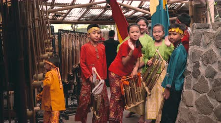 divadlo : Children preparing for concert show in Saung Angklung Mang Udjo (Bandung, Indonesia) - museum, school, and theater of Sundanese culture and music