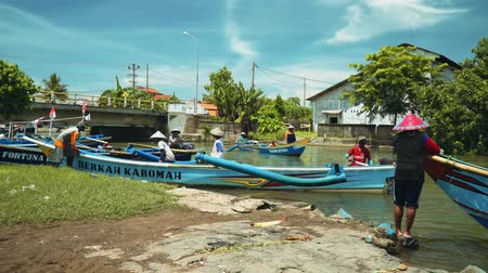 koníčky : Fishing boats sailing in river in Cilacap, Java, Indonesia on sunny summer day