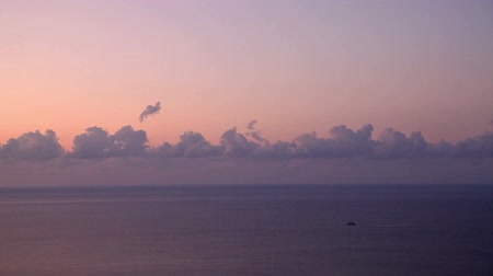 horizonte sobre a água : Cloudscape above the sea at sunrise