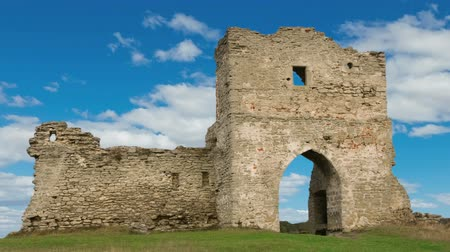 şövalye : Ruined gates of cossack castle with blue sky and clouds Stok Video