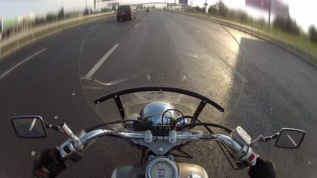 motocykl : Biker driving the motorcycle on city highway, POV Wideo