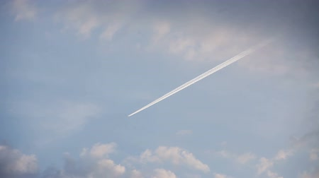 trilha : Airplane track with motion in the blue sky