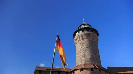 almanca : Nuremberg Castle (Sinwell tower) with blue sky and german flag timelapse