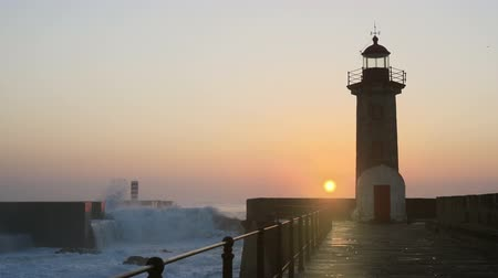 világítótorony : Lighthouse Felgueirasin Porto with waves and sun at sunset