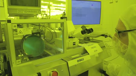 полупроводник : Silicon wafer testing in a Semiconductor manufacturing facility