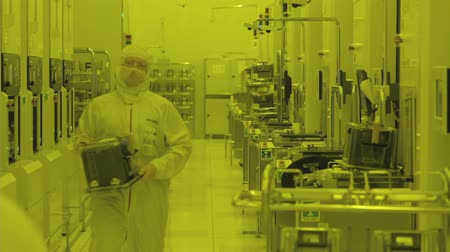 полупроводник : Workers in clean suits in a Semiconductor manufacturing facility