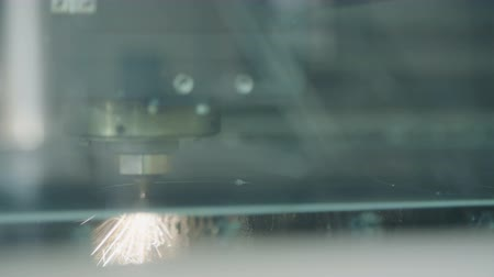 gravura : CNC Laser cutting a metal plate with sparks and flames Vídeos