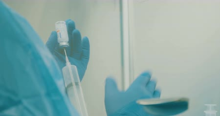žíly : Oncology pharmacist preparing chemothrapy drugs in a hospital