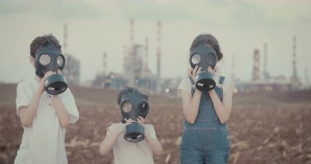 salva vidas : Save the plant. Kids wearing gas masks near a large oil refinery