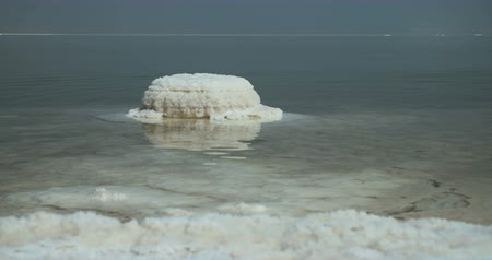 Иордания : Tracking shot of salt deposits on the banks of the Dead Sea in israel