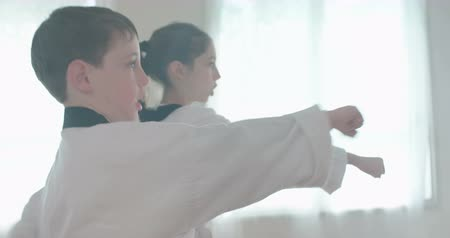 каратэ : Slow motion footage of young kids practicing martial arts