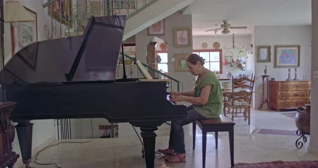 rüya gibi : Old woman playing a grand piano at her home Stok Video