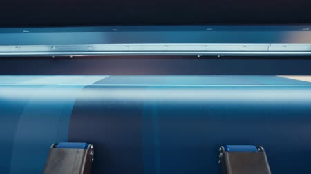 enorme : Large format printer printing on a roll of paper at high speed Vídeos