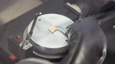 конденсатор : Processing of microchip by a cold welding machine