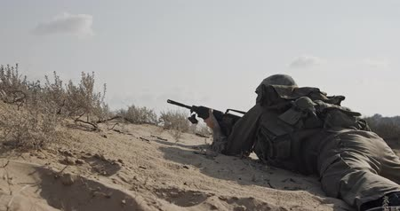 yahudi : Soldier running on a sand hill during combat, under fire