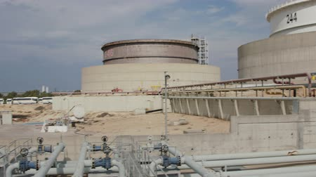 estrutura : Large crude oil storage tanks in a huge refinery Vídeos