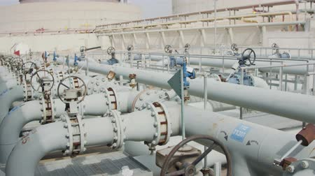 fosilní : Oil and gas pipes and valves at a large oil refinery