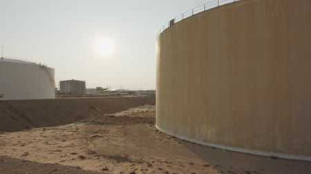 suporte : Large crude oil storage tanks in a huge refinery Stock Footage