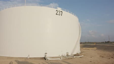 petroliera : Large crude oil storage tanks in a huge refinery Filmati Stock