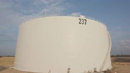 henger : Large crude oil storage tanks in a huge refinery Stock mozgókép