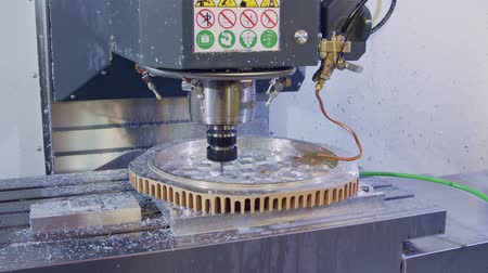 металлообработка : Machining process - CNC mill manufacturing an advanced metal part