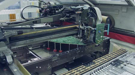 tranzistor : Surface Mount Technology SMT Machine places components on a circuit board