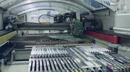 полупроводник : Surface Mount Technology SMT Machine places components on a circuit board