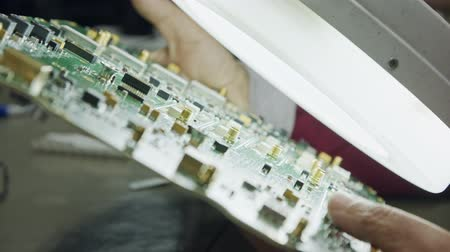 полупроводник : Visual quality inspection of a computer circuit board Стоковые видеозаписи