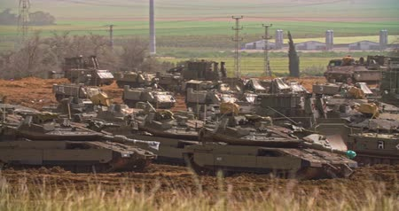 defensiva : Gaza, March 30, 2019. IDF tanks lined up in combat formation near the border