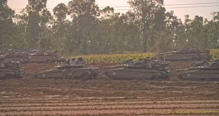 idf : Gaza, April 6th 2019. IDF tanks lined up in combat formation near the border Stock Footage