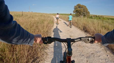parky : POV of two kids enjoying a bicycle ride on the countryside with their father Dostupné videozáznamy