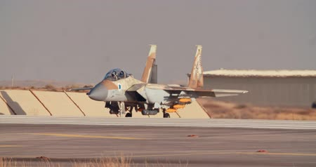 шланг : Israeli Air Force F-15 taxiing on the runway before takeoff