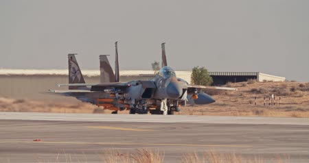 estratégico : Israeli Air Force F-15 taxiing on the runway before takeoff