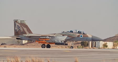 střela : Israeli Air Force F-15 taxiing on the runway before takeoff