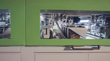 meubelmaker : Automated wood polishing machine in a furniture manufacturing facility